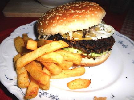 Schwarzbohnen-Burger mit Pommes