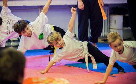 Kung Fu Training für Kinder trainiert wichtige Element der Motorik und lehrt Spaß an Bewegung