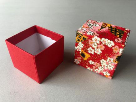 千代紙と色鳥の子紙で作製した貼箱の小箱