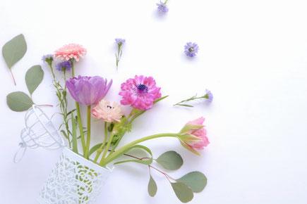 レース模様の花びんと春の花たち。