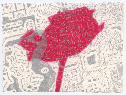 Hintergrund Leiterplatteabdruck. Auf dem Vordergrund einer ote Rose.