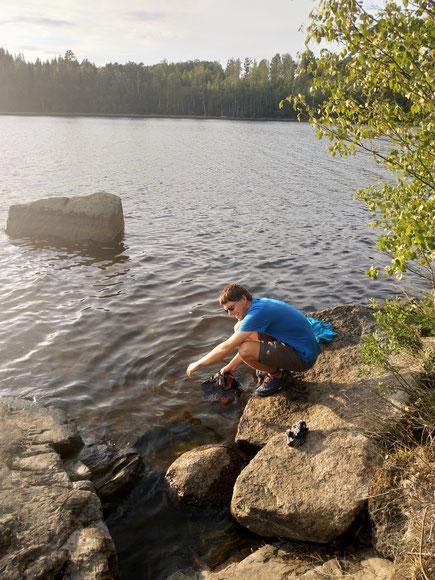 Wenig Kleidung = leichteres Gepäck = öfter Waschen (wie Flo hier in einem schwedischen See)