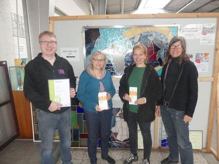 BU (v.l.): Thorsten Neumann (Inhaber Heideglas Uelzen), Brigitte Kaminski, Christina Völkers (beide Gemeinschaftsinitiative Familiensiegel), Tanja Neumann (Glasermeisterin Heideglas Uelzen)