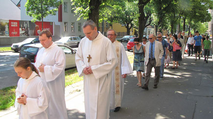 Um 9:30 ging die Prozession von der Sandleiten Kirche weg.