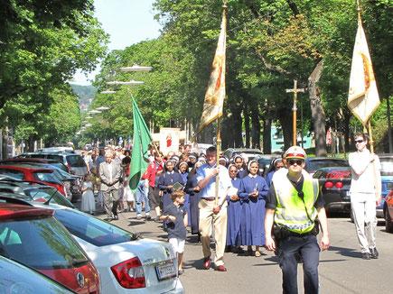 In der Alszeile vor der Sühnekirche traf die Sandleiten Prozession auf die anderen Pfarren aus Hernals.