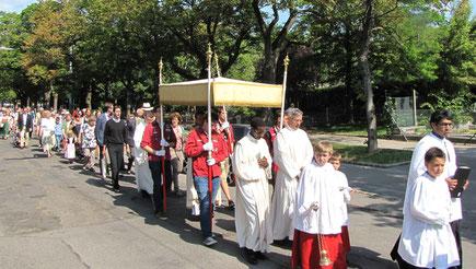 ...und traf in der Alszeile auf die Prozession aus Dornbach kommend.