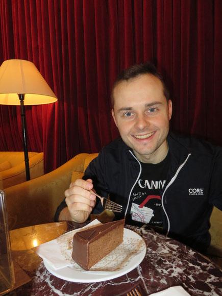 Markus genießt seine erste Sachertorte, natürlich in einem Wienerkaffeehaus am Flughafen. ;-)