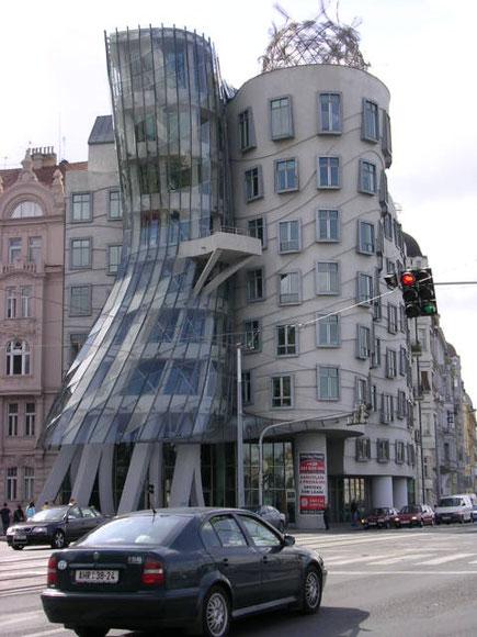 Geschwungene tanzende Häuser in Prag (Fotos Jörg Schwarz)