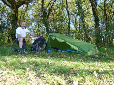 Installation de la tente (pour la première fois) puis repas: une bonne soupe, roti et riz, et une portion de fromage.