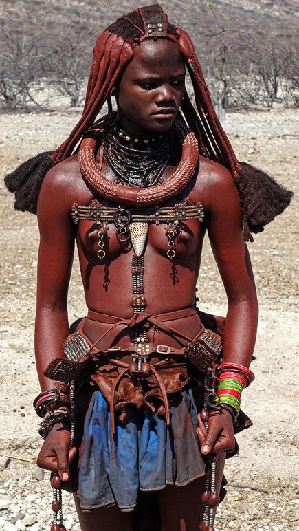 Jeune femme Himba aux poings serrés, Namibie, photo non libre de droits