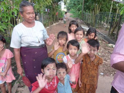 Grand-mère et enfants pris en charge par PASDB (scolarisation + nourriture).