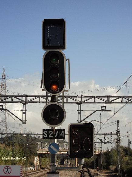 La pantalla de la parte inferior izquierda nos indica que el siguiente cambio está dispuesto para vía desviada y podemos pasarlo a 50km/h como máximo.