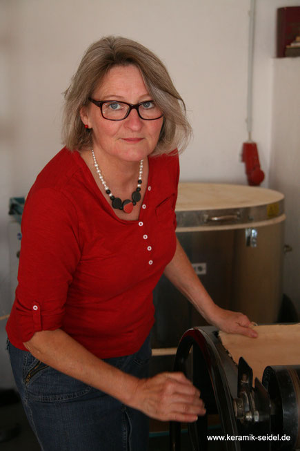 Künstlerin Monika Seidel in Ihrem Keramik Atelier