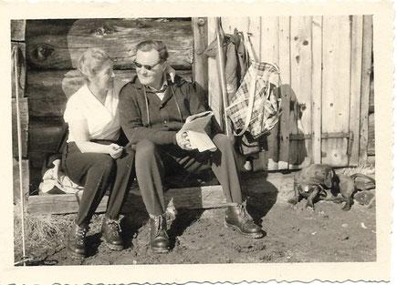 Das Landarztehepaar mit Dackel Dr. Schnipp vor der Bosruckhütte bei Spital am Pyhrn um 1959