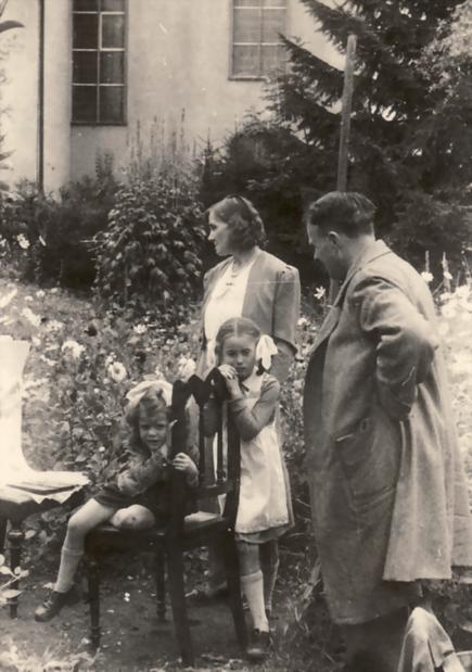 Erwin Bowien beim Malen im Friedhof von Kreuzthal, 944. Von links nach rechts: Bettina Heinen, Erna Heinen-Steinhoff, Gabriele Heinen und Erwin Bowien