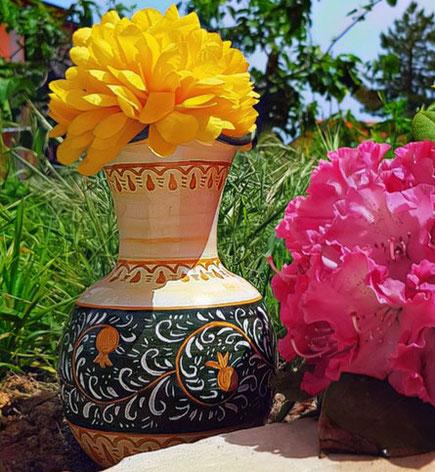 vaso di fiori graffiato