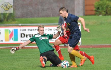 Eike Begemann vollendet sein 50-Meter-Solo, tanzt Aurichs Keeper Kuhlmann aus und trifft zum 2:0 für den VfL.