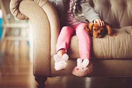 Un chien transporte l'oxygène pour que sa petite maîtresse respire