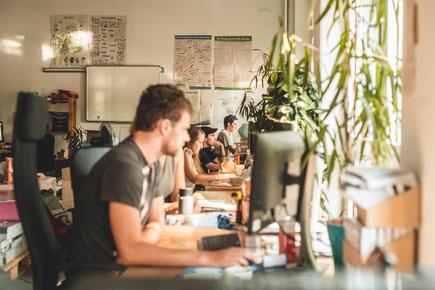 Das Bild zeigt Redakteure von Katapult im Büro.