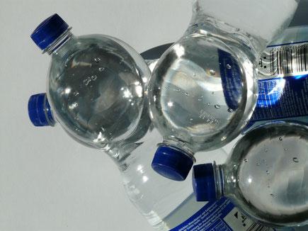 Wasser aus Plastikflaschen enthält PET-Partikel.