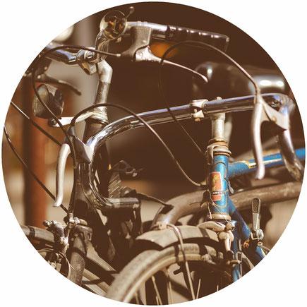 vélo garé dans un pavillon avec l'arrosage automatique activé