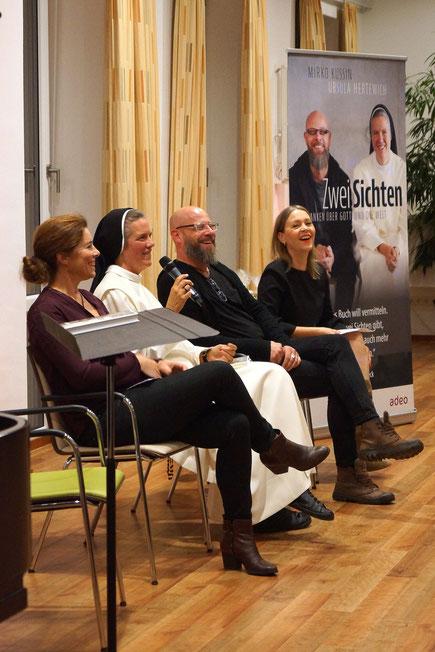 Gut gelaunte Diskussionsrunde. V.l.n.r.: Karoline Kuhn (adeo), Ursula Hertewich, Mirko Kussin, Annette Friese (adeo). Bild: adeo-Verlag