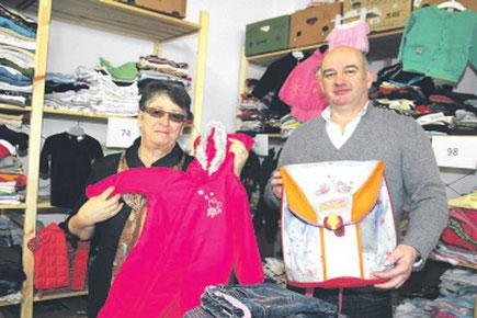Zwei von vielen, die auch weiterhin gerne helfen: die Cronenbergerin Sieglind Pleiss und Bart Wolters in der Kleiderkammer. Foto: Cronenberger Woche