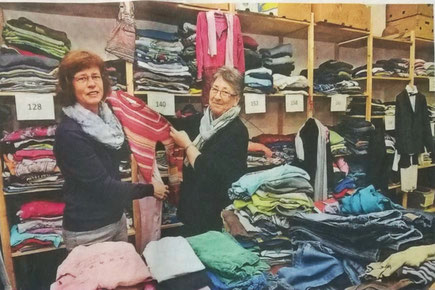 Ulrike Kupferschmidt (l.) und Sieglind Pleiss gehören zu den ehrenamtlichen Helfern der Kleiderkammer. Foto: Stefan Fries