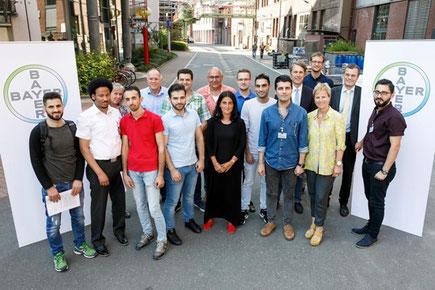 Die Teilnehmer mit ihren Ausbildern. Foto: Bayer AG
