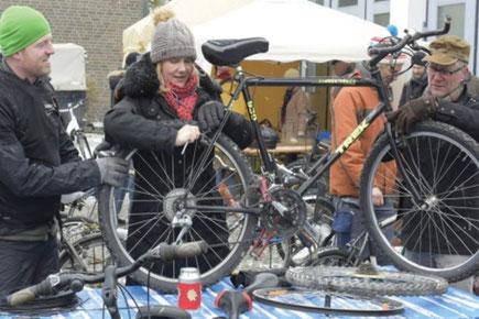 Stephan Schaller (l.) und Markus Cox beraten Svenja Rüggeberg beim Kauf eines gebrauchten Rades und bei der Einstellung. Foto: Andreas Fischer