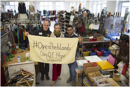 """René Schuijlenburg, Vicky Schuijlenburg und und Quasai K. nutzten den Tag der Offenen Tür zur Werbung für die Organisation """"Cars of Hope"""". Foto: A. Schwartz"""
