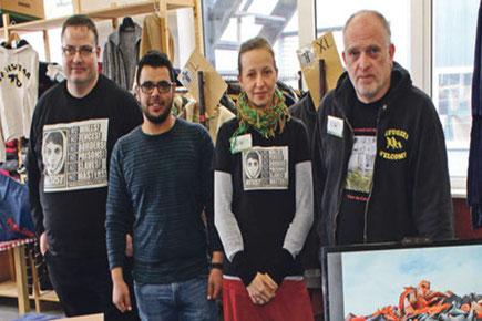 """Aktivisten von """"Cars of Hope"""" - (v.l.n.r.) Philipp Sunkomat, Qusai Khitoa, Vicky und René Schuijlenburg in der Kleiderhalle von """"Willkommen in Cronenberg"""". Wer bereits spenden will, kann dies über das PayPal-Konto der Initiative tun: carsofhopewtal@gmail."""