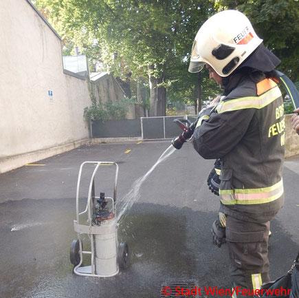 Feuerwehr; Blaulicht; Berufsfeuerwehr Wien; Brand; Azetylen-Gasflasche; Gasflasche; Azetylen; Seniorenwohnheim; 15. Bezirk;
