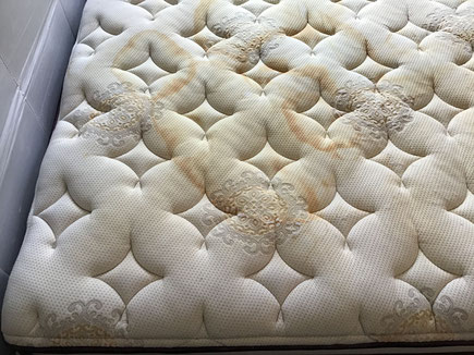 マットレスの汗シミやオシッコシミ、放置しておくと穴が開く。
