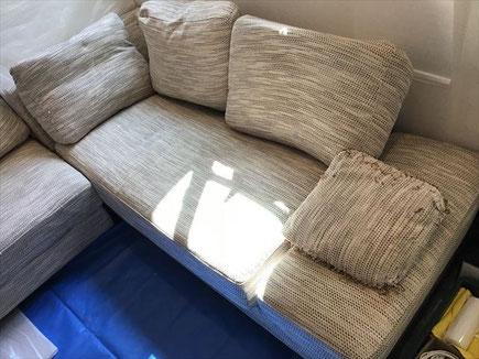 ワンちゃんのオシッコで汚れたソファークリーニングに世田谷区に行ってきました。