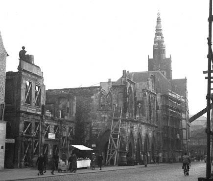 Blick auf Stadtweinhaus und Rathaus um 1947