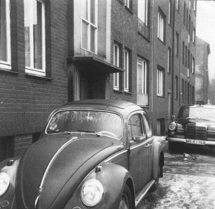 Unser Haus mit unserem alten Käfer davor, ganz rechts im Hintergrund Hennings Haus