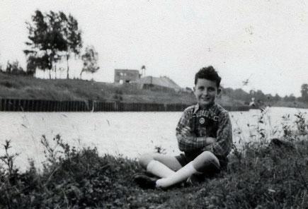 Henning um 1955 am Kanal - Foto: Henning Stoffers
