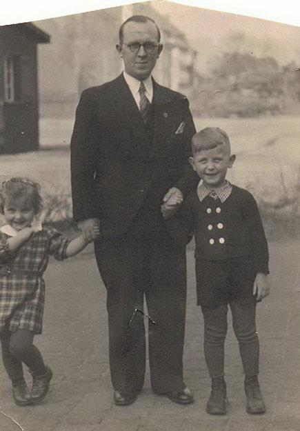 Papa Bernhard mit Schwester Gerda und Hannes (auf dem damaligen Hindenburgplatz)