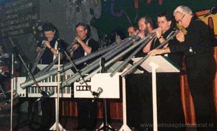 Gebroeders Brouwers blazen op de orgelpijpen van de Erpse kerk.