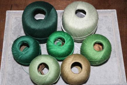 Pelotes de cotons verts pour mes créations de bijoux au crochet avec perles, des bijoux textiles hypoallergéniques.