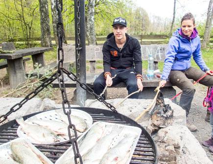 Wir haben es mit den Essgewohnheiten am Karfreitag nicht so genau. Die Fische waren nicht von uns. Wir hatten Würstchen auf dem Spieß ;-)