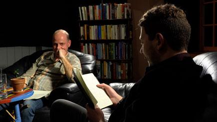 Joël von Moos ist im Kunst- und Literaturcafé bei Moderator Edgar Stöckli zu Gast.