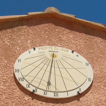 cadran-solaire-brignoles-faite-toit-var-83-facade-pierre-cadrans-solaires
