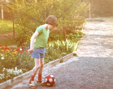 Ein kleiner Junge spielt Fußball.