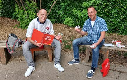 Zwei Männer mit Panini-Stickern