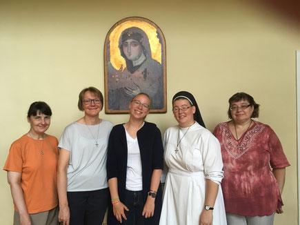 Josephine mit ihrer Mentorin Sr.Hannah (2.v.r.) und den drei anderen Dominikanerinnen