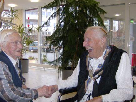 Bild: Die 101-jährige Irmgard Jänchen gratuliert der 102-jährigen Elisabeth Schmalz, die sich darüber sichtlich sehr freute.