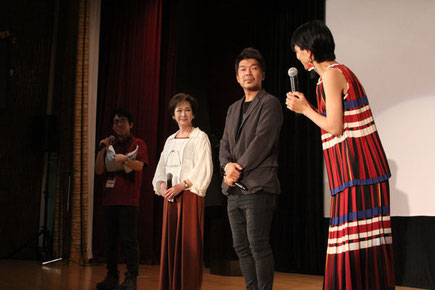 【第7回授賞式の様子】プレゼンターの斎藤八重子さんと中野量太監督