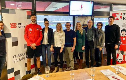 Das Projektteam von step kickt!  mit den Lehrerinnen und Lehrern der Bühlschule und Schirmherr Tim Kleindienst in der Voith-Arena.